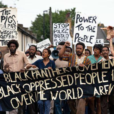 Mustia osoittamassa mieltään.