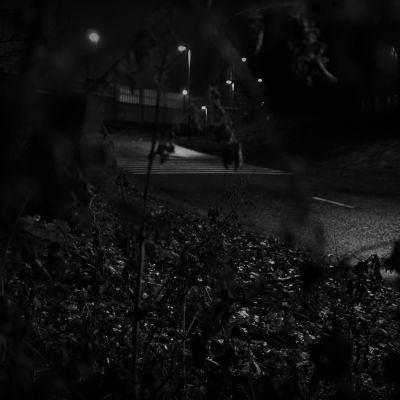Pimeä kadunpätkä yöllä