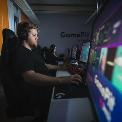 Samuel Kurttio on suunnittelemassa League of Legends -turnausta Bittiliigaan.