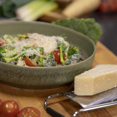 En portion bönpasta med sås på en tallrik