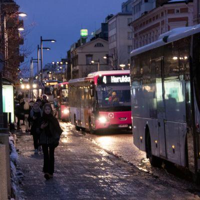 Kaupunkibusseja Oulun Torikadulla.