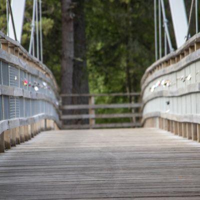 Koitelinkosken ylittävä riippusilta Oulun Kiimingissä.