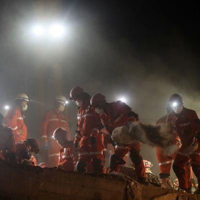 Räddningsarbetet i Izmir fortsatte genom natten mot måndagen.