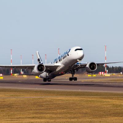 Finnairs Airbus A350 lyfter från Helsingfors-Vanda Flygplats