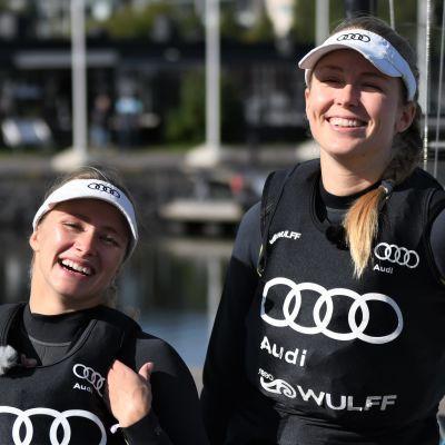 Noora Ruskola och Mikaela Wulff skrattar.