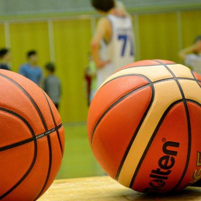 Basketbollar.