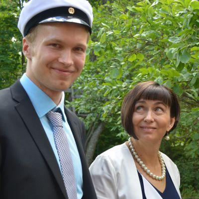12 ällän ylioppilas Vikke Elfving ja äitinsä Anja Elfving