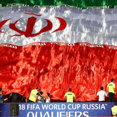 Irans flagga på en fotbollsstadion.