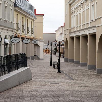 Tyhjä ostoskatu Zsar Outlet Villagessa Vaalimaalla.