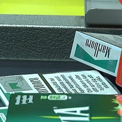Tupakka-askeja ostosten seassa kaupan kassalla