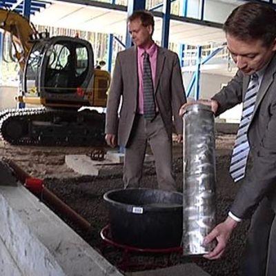 Lacellin toimitusjohtaja Risto Tamminen tipauttaa tehtaan peruskiveä paikalleen