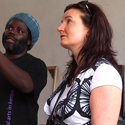Johanna Vuolasto kuuntelee kenialaisen taiteilijan tarinaa