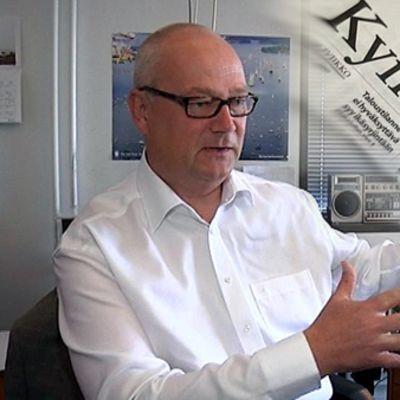 Kymen Sanomien päätoimittaja Juha Oksanen istuu työpöytänsä ääressä