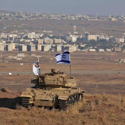 Israels flagga på Golanhöjderna 18.10.2017. Vy över gränsen mot Syrien.