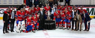 Montrealspelarna på lagbild med konferenspokalen.
