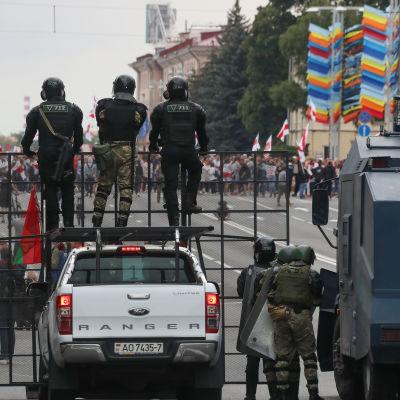 Mellakkapoliisi tukki mielenosoittajien kulun Itsenäisyyden aukiolle Minskissä, Valko-Venäjän pääkaupungissa sunnuntaina 6. syyskuuta 2020.