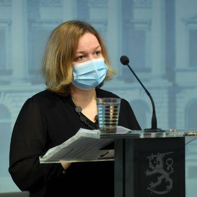 Perhe- ja peruspalveluministeri Krista Kiuru STM:n tiedotustilaisuudessa koronaepidemiasta aiheutuneiden kustannusten korvaamisesta kunnille, Helsingissä, 8. lokakuuta 2021