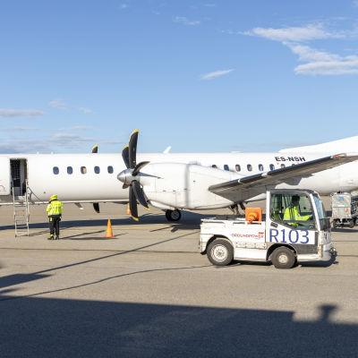 NyxAirin kone odottamassa matkustajia iltalennolle Kemi-Tornion lentoasemalla
