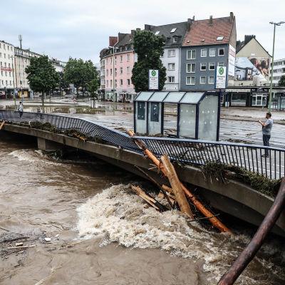 En bro tar emot massiva vattenmassor i Hagen i Tyskland
