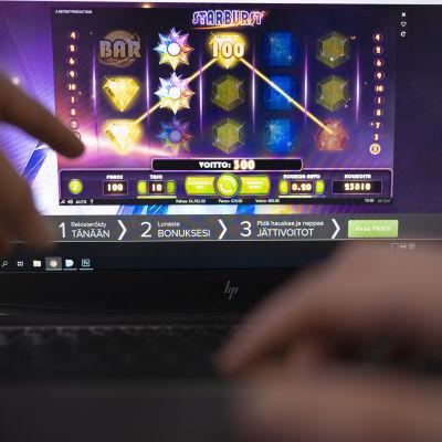 Närbild på en laptop där det pågår ett penningspel på nätet.