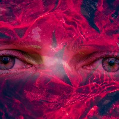 dubbelexponering av ett par ögon och ett rött sammetstyg i vatten