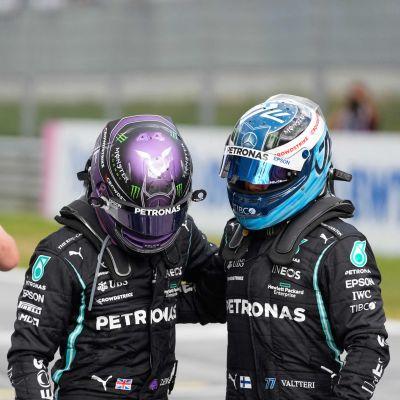 En kameraman filmar Lewis Hamilton och Valtteri Bottas.
