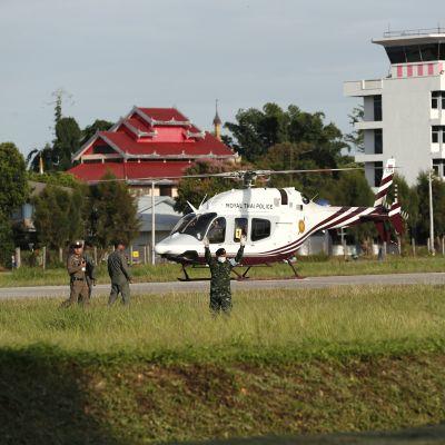 En helikopter med en eller flera pojkar som räddats ur Tham Luang-grottan landar.