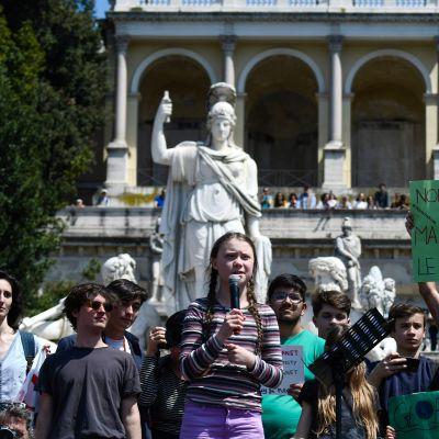 Greta Thunberg demonstrerar tillsammans med andra ungdomar  i Rom på Piazza del Popolo 19.4.2019