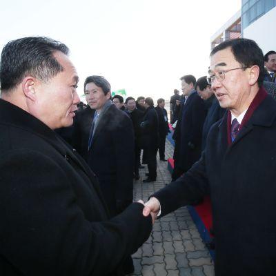 Nordkoreas nya, hårdföra utrikesminister Ri Son-Gwon (till vänster) skakar hand med Sydkoreas återföreningsminister Cho Myoung-Gyon