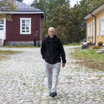 Teuvo Piironen kävelee Lappeenrannan linnoituksessa