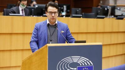 Ville Niinistö i talarstolen i Europaparlamentet.