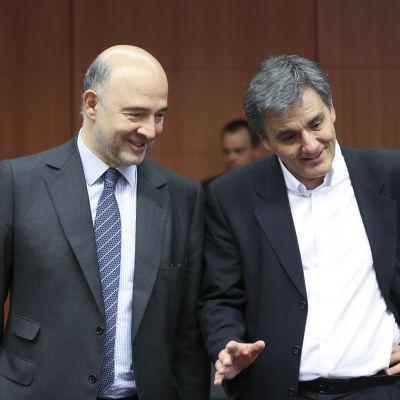 Greklands finansminister Eucleidis Tsakalatos (till höger) och EU-kommissionären med ansvar för finansiella frågor, Pierre Moscovici, vid finansministermötet i Bryssel den 9 maj 2016.