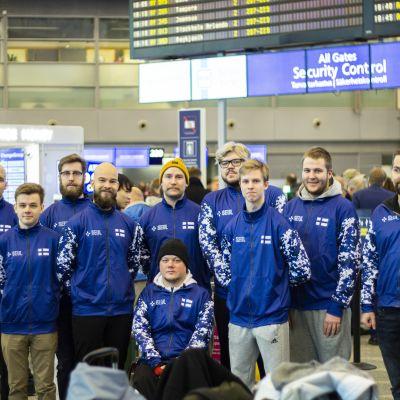 Suomen e-urheilumaajoukkue lentokentällä.