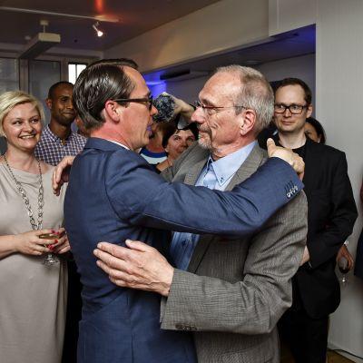 Patiordförande Carl Haglund kramar om Nils Torvalds på SFP:s valvaka.