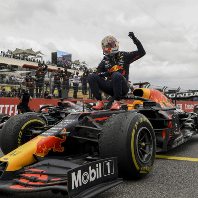 Max Verstappen firar seger.