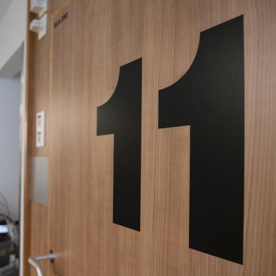 Dörren till ett patientrum på sjukhus.