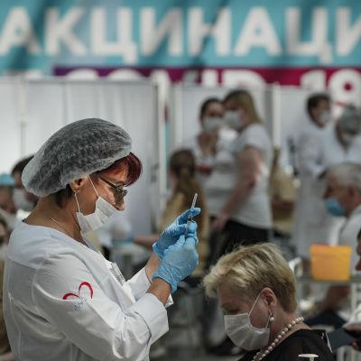 Sairaanhoitaja valmistelee Sputnik V koronavirusrokotetta rokotouskeskuksessa Moskovassa.