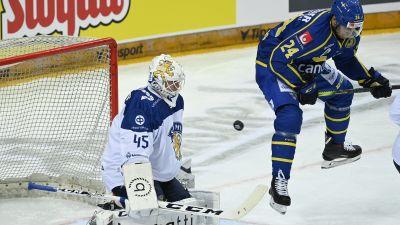 Jussi Olkinuora räddar skott mot Sverige.