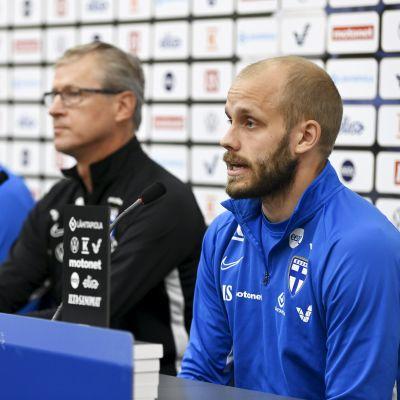 Teemu Pukki (oik) ja taustalla Onni Valakari (vas) sekä päävalmentaja Markku Kanerva Suomen jalkapallon A-maajoukkueen Huuhkajien mediatilaisuudessa Helsingissä 3. syyskuuta 2021.