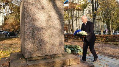 Estlands blivande president Alar Karis lägger en krans vid ett minnesmärke för stupade elever och lärare under det estniska frihetskriget.