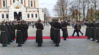 Estlands president Alar Karis hälsar på hederskompaniet