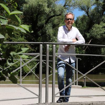 IT-företagaren Kaj Arnö står på en liten bro i Englischer Garten i München