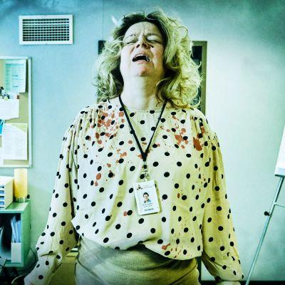Toimistotyöntelijä (nainen) huutaa epätoivoisen näköisenä.