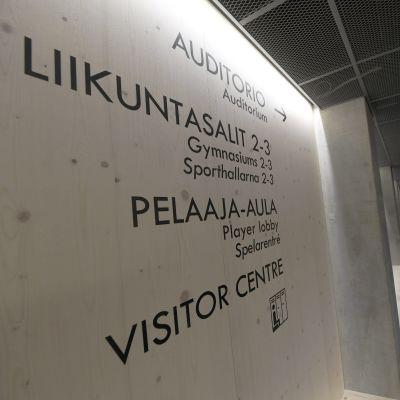 Skyltar på Olympiastadion i Helsingfors.