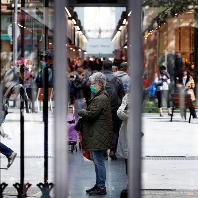 Kauppahallin ovien välistä näkyy ihmisiä ostoksilla