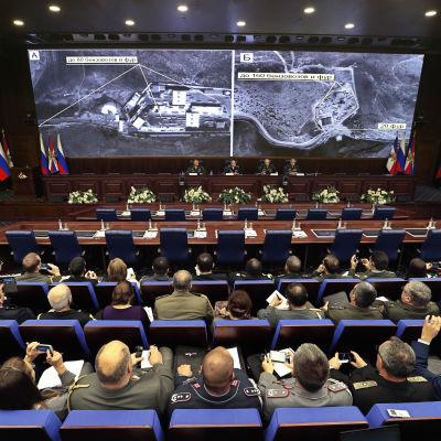 Ryska officerare får information om ryska flygattacker i Syrien den 2 december i Moskva