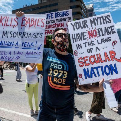 Ihmiset osoittavat mieltään Teksasin aborttilakia vastaan.
