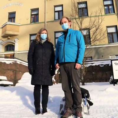 Ann-Christin Elmvik och Kalle Ojanen står framför Barkbackens servicehus.
