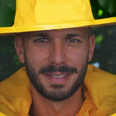 Närbild på Luca Binachi i gul skyddsmundering. Han tittar rakt in i kameran.