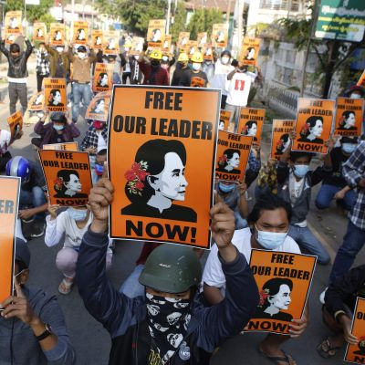 Demonstration i Naypyidaw,  Myanmar 4.3.2021 med krav på att landets ledare Aung San Suu Kyi ska släppas fri.
